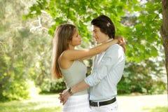 Jeunes couples heureux en stationnement Image libre de droits