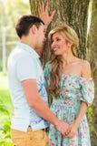 Jeunes couples heureux en stationnement Homme et femme dans l'amour Image stock