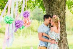 Jeunes couples heureux en stationnement Homme et femme dans l'amour Photo stock