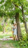 Jeunes couples heureux en stationnement Homme et femme dans l'amour Photographie stock