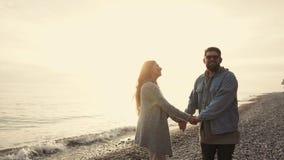 Jeunes couples heureux en vacances banque de vidéos