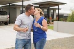 Jeunes couples heureux et beaux en champagne ou vin potable d'amour ayant le pain grillé doux célébrant l'anniversaire ou le jour Images stock