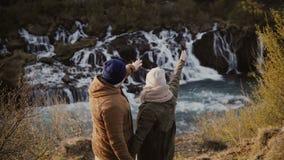 Jeunes couples heureux explorant les montagnes vallée et cascades en Islande Femme montrant quelque chose équiper clips vidéos