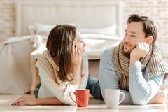 Jeunes couples heureux exprimant des émotions positives à la maison Photographie stock