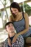 Jeunes couples heureux extérieurs Image libre de droits