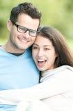 Jeunes couples heureux extérieurs. Rire et amusement. Photographie stock libre de droits