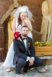 Jeunes couples heureux faisant le clown autour Images stock