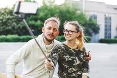 Jeunes couples heureux faisant le selfie Photographie stock