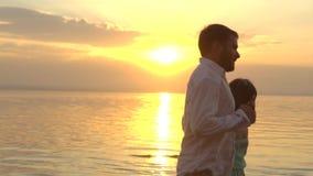 Jeunes couples heureux fonctionnant sur la plage sur le coucher du soleil Concept de l'amour banque de vidéos