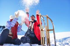 Jeunes couples heureux insouciants ayant l'amusement ensemble dans la neige Images libres de droits