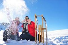 Jeunes couples heureux insouciants ayant l'amusement ensemble dans la neige Photographie stock