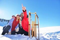Jeunes couples heureux insouciants ayant l'amusement ensemble dans la neige Image libre de droits