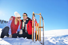 Jeunes couples heureux insouciants ayant l'amusement ensemble dans la neige Photos stock