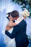 Jeunes couples heureux juste mariés Photo libre de droits