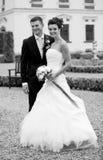 Jeunes couples heureux juste mariés Image stock