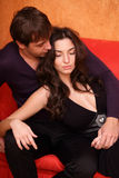 Jeunes couples heureux à la maison Photo stock