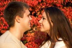 Jeunes couples heureux lors du contact d'amour images stock