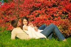 Jeunes couples heureux lors du contact d'amour photographie stock libre de droits