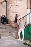 Jeunes couples heureux lovestory dans la ville images libres de droits