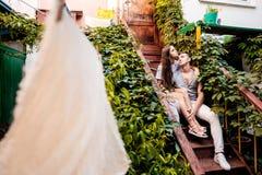 Jeunes couples heureux lovestory dans la ville photos libres de droits