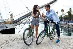 Jeunes couples heureux mangeant la crème glacée dans la rue Images stock