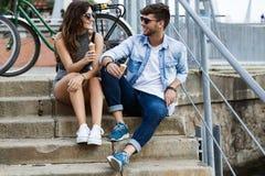 Jeunes couples heureux mangeant la crème glacée dans la rue Photos stock