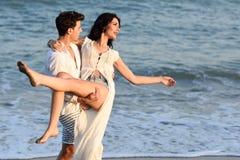 Jeunes couples heureux marchant dans une belle plage Photo stock