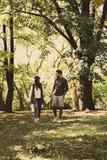 Jeunes couples heureux marchant en nature Photos stock