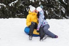 Jeunes couples heureux marchant en parc d'hiver Photo libre de droits