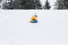 Jeunes couples heureux marchant en parc d'hiver Photographie stock