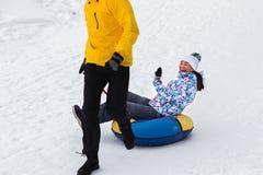 Jeunes couples heureux marchant en parc d'hiver Photo stock