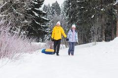 Jeunes couples heureux marchant en parc d'hiver Images stock