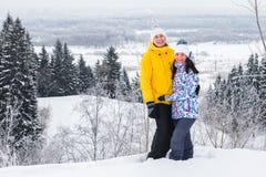 Jeunes couples heureux marchant en parc d'hiver Photos stock