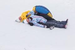 Jeunes couples heureux marchant en parc d'hiver Image stock