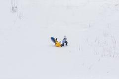 Jeunes couples heureux marchant en parc d'hiver Photographie stock libre de droits