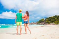 Jeunes couples heureux marchant et ayant l'amusement par la plage Photo libre de droits