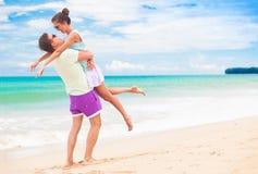 Jeunes couples heureux marchant et ayant l'amusement par la plage Khao Lak, Thaïlande Images stock