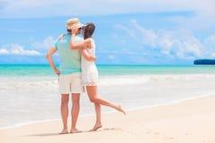 Jeunes couples heureux marchant et ayant l'amusement par la plage Khao Lak, Thaïlande Images libres de droits