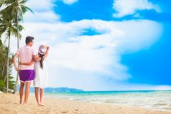 Jeunes couples heureux marchant et ayant l'amusement par la plage Khao Lak, Thaïlande Photos libres de droits