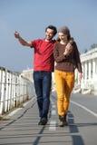 Jeunes couples heureux marchant leur date images stock