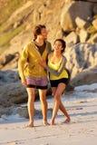 Jeunes couples heureux marchant sur la plage ensemble Photos libres de droits