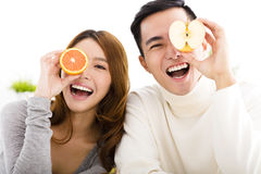Jeunes couples heureux montrant la nourriture saine Photographie stock libre de droits