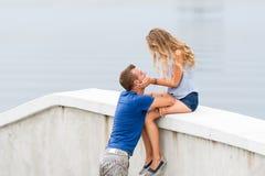 Jeunes couples heureux passant le temps dehors un jour d'été en parc de ville Image libre de droits