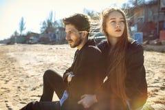 Jeunes couples heureux passant le temps sur le bord de mer au printemps Photos stock