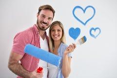 Jeunes couples heureux peignant le nouvel appartement photos libres de droits