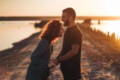 Jeunes couples heureux posant à l'appareil-photo photo stock