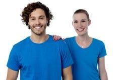 Jeunes couples heureux posant ensemble Photographie stock libre de droits