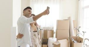 Jeunes couples heureux posant pour un selfie clips vidéos