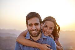 Jeunes couples heureux posant pour une photo Photo libre de droits