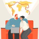 Jeunes couples heureux prévoyant tour du monde se reposant sur un sofa avec un ordinateur portable illustration libre de droits